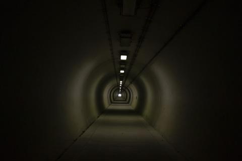 暗い長いトンネル